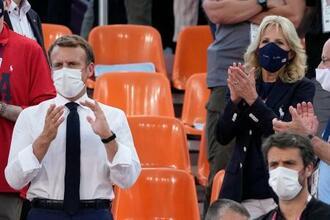 バスケ3人制女子を観戦するフランスのマクロン大統領(左)と米ジル・バイデン大統領夫人(右上)=24日、東京(AP=共同)