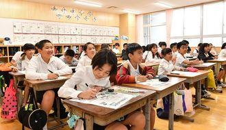 冬休みの思い出を発表したり、3学期の「めあて」を書き込む港川小4年生の児童=5日午前、浦添市城間