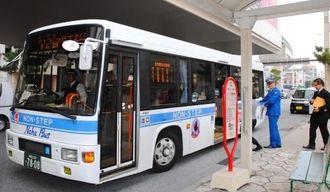 実験運行を開始した県都市モノレール首里駅と琉大間を結ぶ快速バス=19日、那覇市・県都市モノレール首里駅前のバス停
