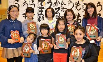 新春書き初め大会で特別賞に輝いた子どもたち=4日、西原町民体育館