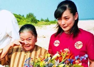 「ちゅらさん」の全収録を終えた平良とみさん(左)をねぎらう国仲涼子さん=2001年8月24日、小浜島