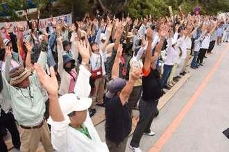 ヨガで体をほぐす抗議参加者=22日午前9時すぎ、東村高江