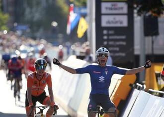 自転車ロード種目の世界選手権、女子個人ロードレースを制したエリザ・バルサモ=25日、ルーバン(ロイター=共同)