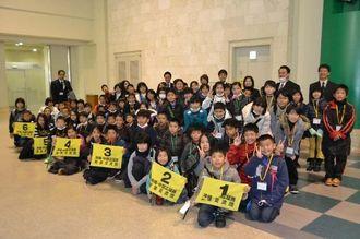山形県の最上広域圏での交流に出発する本島中部の児童ら=13日午前、那覇空港