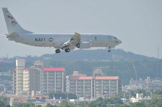 嘉手納基地へ着陸する米軍機=8月18日午後、沖縄県北谷町砂辺