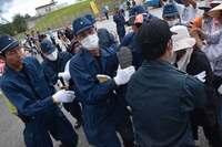 辺野古新基地:工事車両約150台がシュワブ内へ 統一連事務局長ら一時拘束