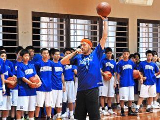 ボールの扱い方などをアドバイスする、つくばロボッツの中川和之=浦添高校体育館