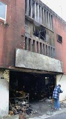 全焼した民家。1階部分から出火した=8日、沖縄市照屋