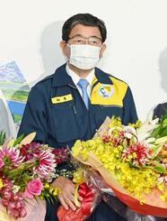 岐阜県知事選で5選を確実にし、花束を手にする古田肇氏=24日夜、岐阜市