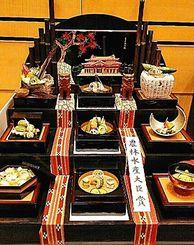 ミンサー織や特製の琉球漆器で飾った知念司さんのゴーヤー懐石