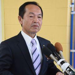 報道陣の質問に答える渡具知武豊市長=23日、名護市役所