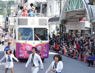 名護大通りをパレードするミッキーマウスたち=24日