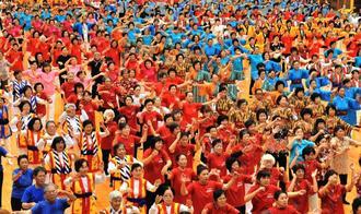 本番前、民踊体操で体をほぐす参加者=24日、沖縄市体育館(落合綾子撮影)