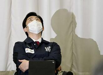 大阪府の新型コロナウイルス対策本部会議で天を仰ぐ吉村洋文知事=20日午後、大阪市