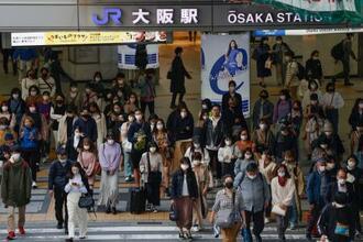 大阪・梅田を歩くマスク姿の人たち。新型コロナウイルスの新規感染者急増を受け、大阪府は国に「まん延防止等重点措置」の適用を要請した=31日午後4時50分