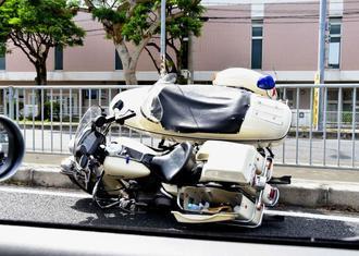 事故現場から約800メートル先で停止したサイドカー付きバイク=25日、浦添市内の国道330号