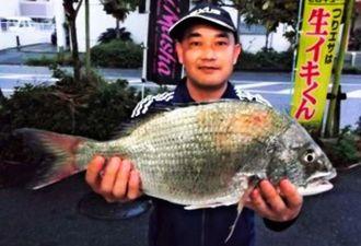 泡瀬海岸で51.5センチ、2.3キロのチンシラーを釣った山田修さん=18日