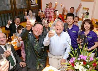 ピスコサワーで乾杯する(右から)城間智江美さん、俊茂さん、ギアリンクスの中田社長ら=15日、北中城安谷屋・酒楽コリブリー