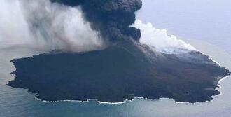 火山活動が続き噴煙を上げる西之島=6月29日(海上保安庁提供)