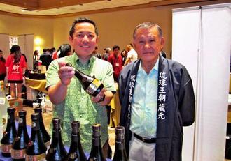 泡盛のPRする多良川の砂川陽徳さん(左)と北米沖縄県人会の当銘由洋さん