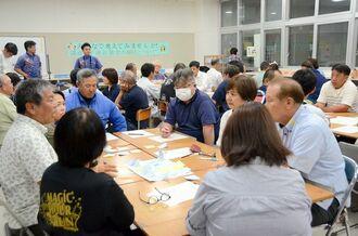 深夜の子連れ飲食について議論する市民ら=7月31日、浦添市内間・神森中学校