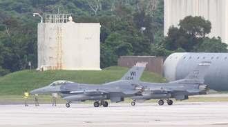 新たに2機飛来した米本国空軍基地所属のF16戦闘機=10日午後2時43分、米軍嘉手納基地(読者提供)