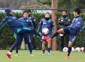 J1昇格プレーオフに向け練習するJ2福岡の選手ら=福岡市東区