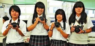 受賞を喜ぶ生徒たち。左から知念拓斗君、島袋亜弥香さん、富本玲奈さん、部長の宮平愛美さん=浦添工業高校