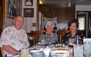 ヴァージニア州のラッカー夫妻を訪ねた正子さん(中央)とワーレンさん(左)、美枝子さん=2014年、ヴァージニア州