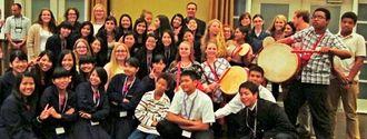 晩さん会で交流した普天間高校生とノース・コブ高校の生徒たち