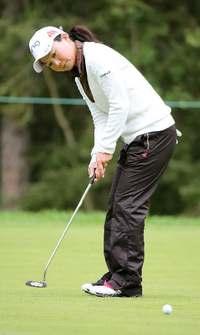 上原彩子、2日連続ホールインワンで10位 米ゴルフ、美香と藍は37位