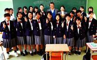 沖縄からラオスの子どもに文具を 具志川商高の生徒、マーケティング授業の販売益寄付