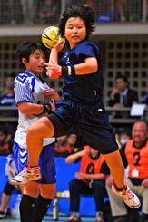 女子決勝 東京-山口 後半、東京の佐藤優花が13点目のシュートを決める
