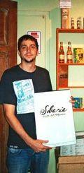 「そばは南マットグロッソの郷土料理」。サンパウロの店「SOBARIA」でメニューを持つジェアンさん