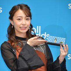 自身のミニチュア人形を手にするフリーアナウンサーの宇垣美里さん=28日、東京・有明(スモールワールズ提供)