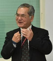 「台湾と比較した沖縄研究の展望」をテーマに講演した仲地清さん=24日午後、台北市内の中央研究院
