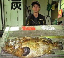 安田海岸で96・5センチ、17・6キロのアーラミーバイを釣った大城集斗さん=11日