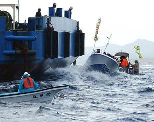 作業船に接近し、進行を阻止しようとする抗議船=2004年11月6日、沖縄県名護市辺野古沖