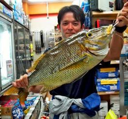 北谷海岸で66.2センチ、3.8キロのタマンを釣ったチーム小潮の新垣孝太さん=9日