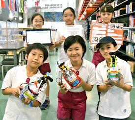消毒ロボットを製作した(後列左から)佐和田奈月さん、金城佳蓮さん、高橋かのんさん、(前列左から)渡邉大士さん、佐和田優里さん、中澤匠心さん=14日、うるま市・沖縄アミークスインターナショナル小学校