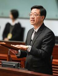 香港立法会で、「逃亡犯条例」改正案の正式撤回を表明する治安トップの李家超保安局長=23日(共同)