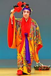 華やかな舞「柳」を披露する神里美代子さん=13日、那覇市久茂地・タイムスホール