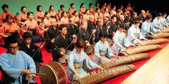 「かぎやで風節」の斉唱で幕開けした沖縄タイムス選抜芸能祭=13日午後、那覇市久茂地・タイムスホール