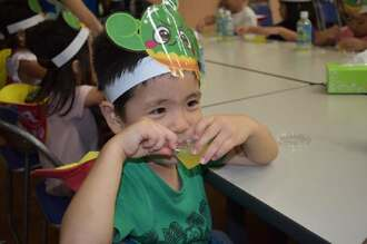 うれしそうにシークヮーサーゼリーを食べる園児=22日、本部町大浜・産業支援センター