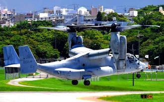 大分空港での緊急着陸後、初めて普天間飛行場に戻った米軍のオスプレイ=9日午後1時12分、宜野湾市(田嶋正雄撮影)