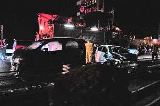 多重事故の現場で事故処理をする消防や警察=15日午後9時ごろ、金武町・屋嘉インター近く