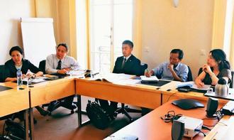国連職員に最新の状況を説明する山城議長(左から2人目)ら=16日、スイス・ジュネーブの国連人権高等弁務官事務所