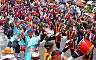 出演者が国際通りを埋め尽くし、沿道と一体となった一万人のエイサー踊り隊=2日午後1時すぎ(古謝克公撮影)