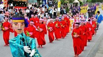 区内の女性約100人による女行列で締めくくった十五夜祭り=9月27日、八重瀬町富盛