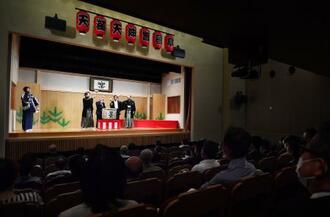 上方落語の定席、天満天神繁昌亭の15周年記念式典で行われた鏡開き=15日午前、大阪市北区